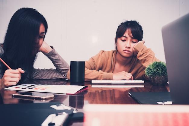 仕事を疲れさせるために降伏したカジュアルなビジネスの人々を疲れさせる。