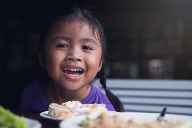 アジアの幸せな少女たちが昼食