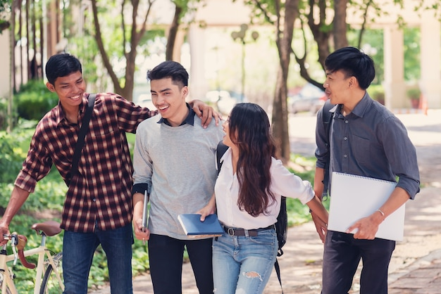 キャンパス内で一緒に歩いている大学生のグループ