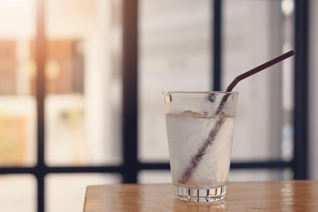 カフェ、ヴィンテージスタイルの木製のテーブルの上に純粋な淡水のガラス
