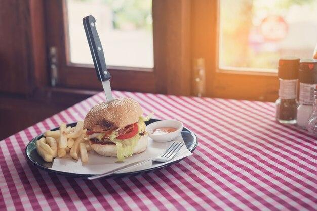 朝のおいしい自家製ビッグハンバーガーと自家製フライドポテト