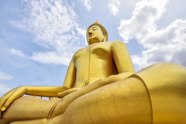 タイ&ブルースカイの偉大な仏教徒