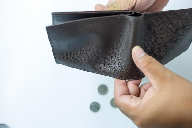 その人は空の財布を開いています。