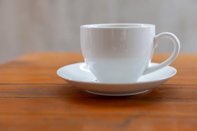 テーブルの上の白いカップでホットコーヒー