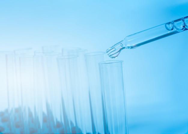 青色の背景に実験室で試験管