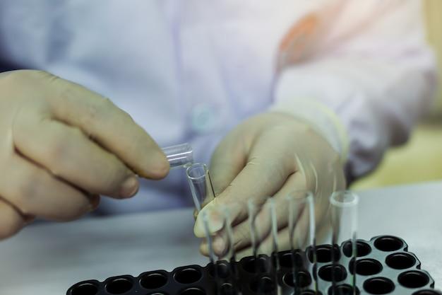 科学者は実験室で実験しています。