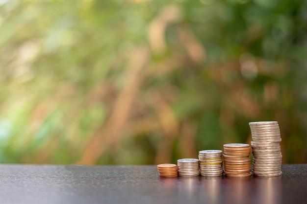 テーブルの上の積み上げコイン