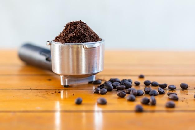コーヒー粉とテーブルの上のコーヒー豆