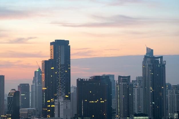 Сумерки вид на город в бангкоке, таиланд.