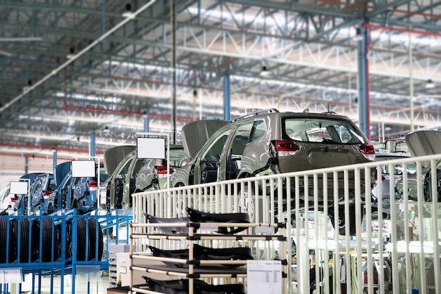 自動車企業の生産ラインで未完成のアセンブリを持つ車のフレーム