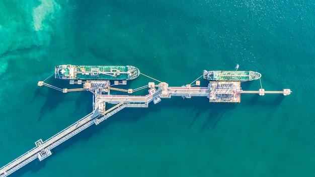 Нефтеналивной танкер, газовый танкер на высоком море. грузовое судно нефтеперерабатывающей промышленности, с высоты птичьего полета