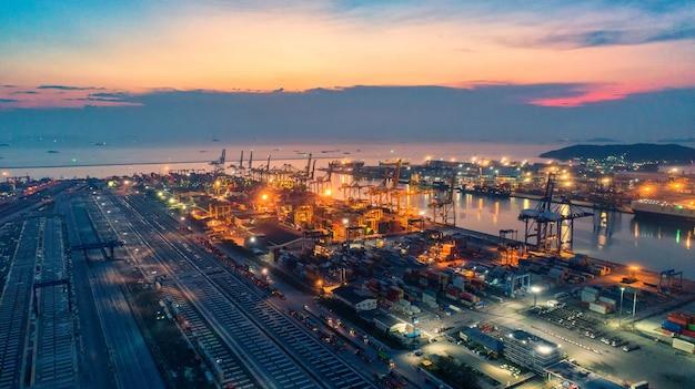 Контейнерное судно в экспортно-импортном бизнесе и логистике.