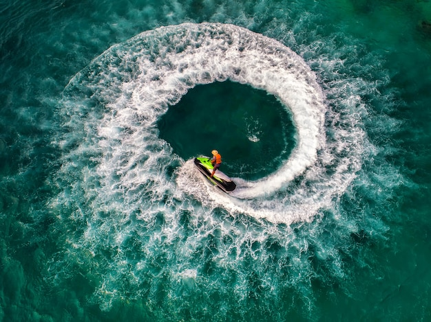 休暇中、人々は海でジェットスキーをしています。