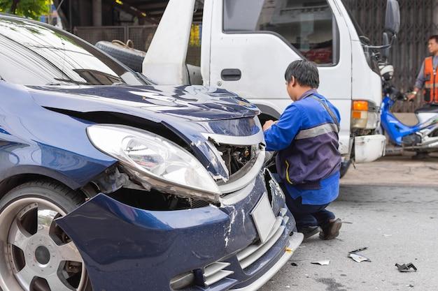 都市の道路での交通事故による自動車のクラッシュ