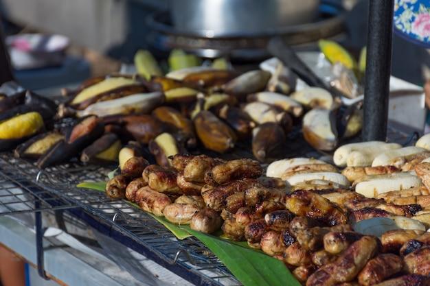 バナナグリルは、タイの食品市場における健康のためのローストフレッシュフルーツです。