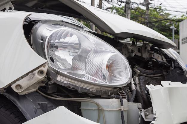 市街地の道路での交通事故からの自動車事故の保険。
