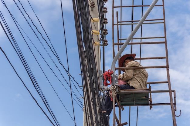 電線設置作業員