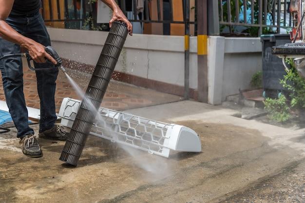 空調機を水で清掃する