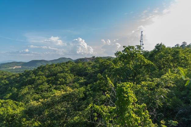 ブールの空がある山と緑の森の風景の風景