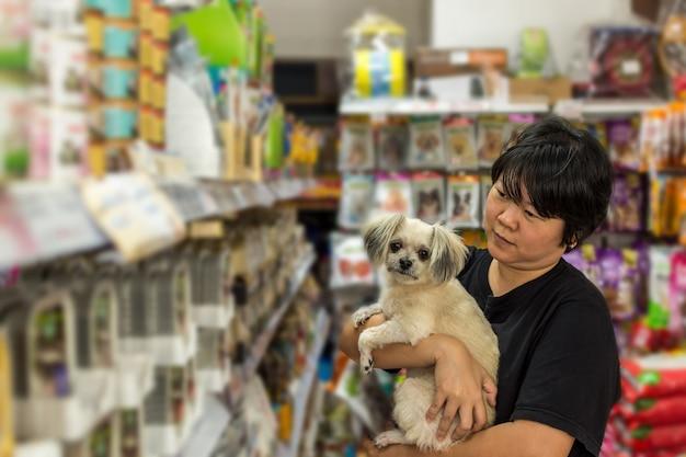 ペットショップの女性と彼女の犬の店