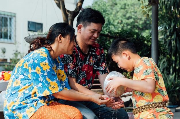 Фестиваль сонгкран купается в отношении родителей