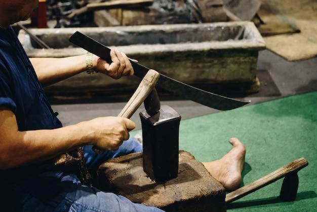 鍛冶屋、プロのナイフ、ナイフや刀を打つ