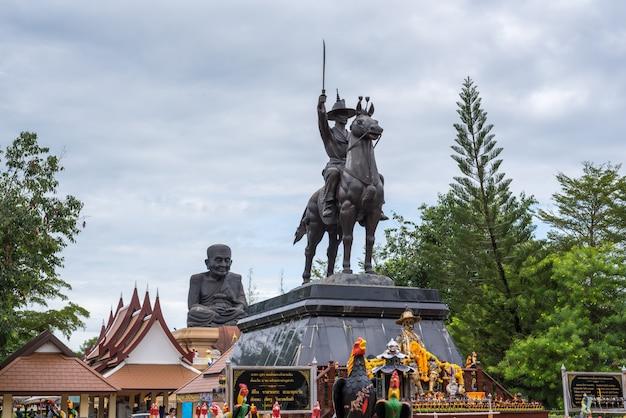 ワット・フアイ・モンコル・ホアヒンでタクシン王の像