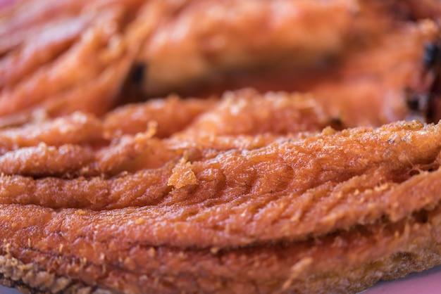 タイの魚介類市場で魚醤の揚げ魚