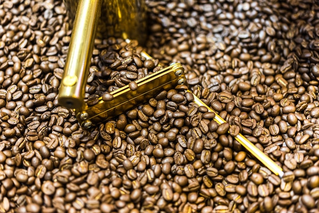 コーヒー豆と焙煎コーヒー豆の焙煎コーヒー豆機で焙煎