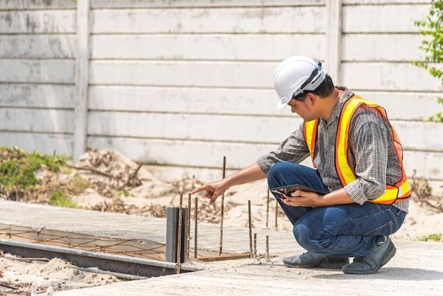 建設現場での男建設エンジニア