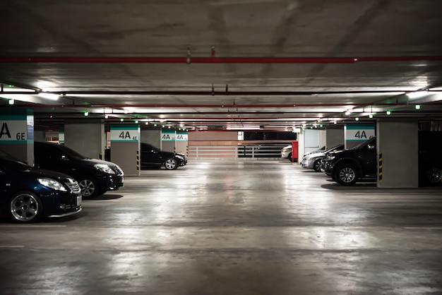 都市部の駐車場または駐車場の建物