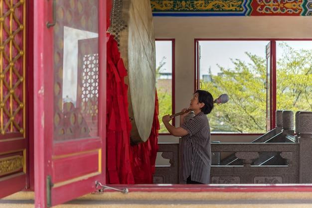 タイの仏教が恩恵の礼拝のために祈る