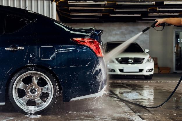 カーケアショップで車の清掃(車の詳細)