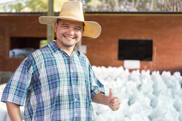 Фермер агроном с органическим удобрением