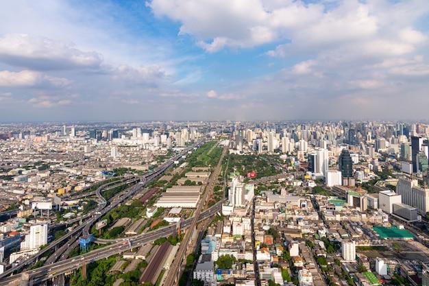 Городской пейзаж с шоссе и движением бангкока