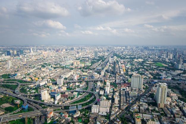 高速道路とバンコクの交通のある街並み