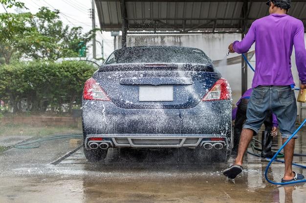 カーケアスタッフが車を清掃しています(車のディテール)。