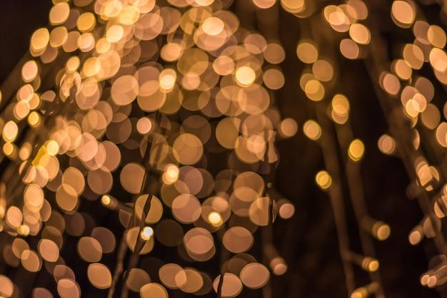 光の抽象的なボケの背景は、ぼかしまたは軽い要素でデフォーカス