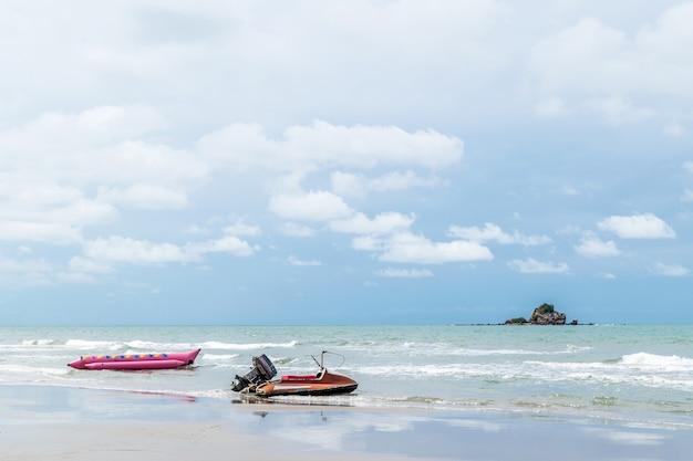ビーチと熱帯の海で自然の中を旅行する