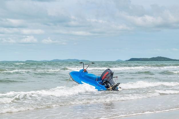ビーチや自然の中で青空の熱帯海を旅し、レトロなウォータースクーターを持っている
