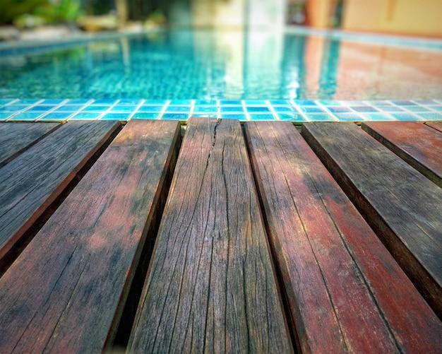 木製の背景とプール。