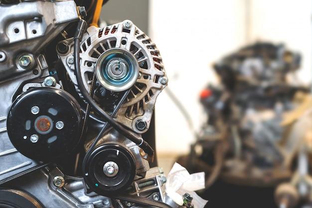 ソフトフォーカスとバックライトの上に車のエンジンの詳細を拡大