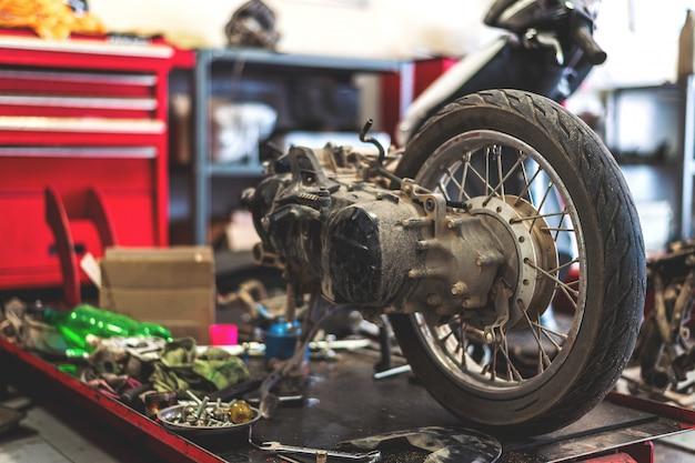 修理場のオートバイ