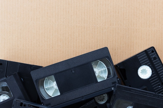 茶色の紙の背景に古いビデオテープ