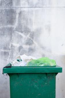 Зеленый мусорный ящик