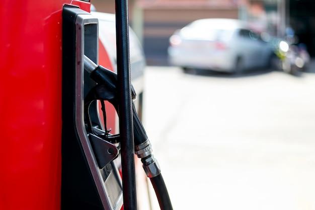 Крупный план красных топливных насосов на бензоколонке