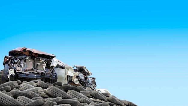 白い背景の古いタイヤの山