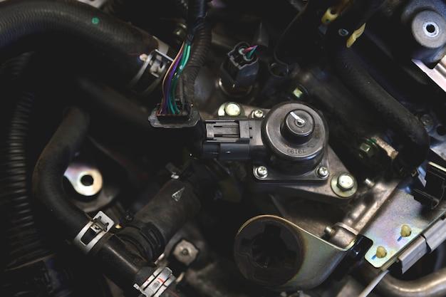 ソフトフォーカスとバックライトの上で車のエンジンの詳細を拡大