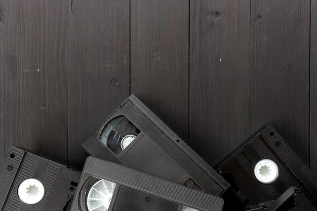 黒い木製の背景に古いビデオテープ。上面図