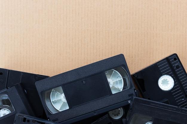 茶色の紙の背景に古いビデオテープ。上面図